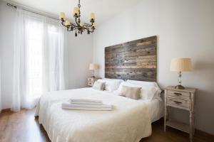 A bed or beds in a room at BCN Rambla Catalunya Apartments