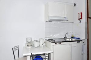 A kitchen or kitchenette at Anna Studios