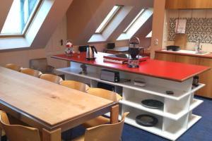 A kitchen or kitchenette at Sehr große legale Dachwohnung