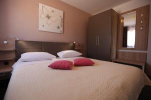 A bed or beds in a room at Ana & Marija