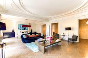 A seating area at Sweet Inn Apartments Montaigne