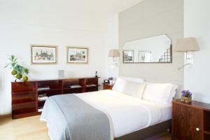 A bed or beds in a room at Montmartre Residence