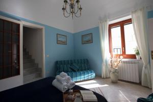 A seating area at La casa di Giò