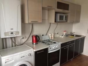 Кухня или мини-кухня в Апартаменты на улице Строителей