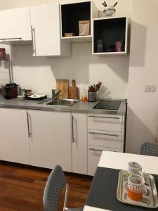 A kitchen or kitchenette at Appartamento Ampere