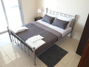 A bed or beds in a room at Seaside Luxury Apartment Lighthouse 47