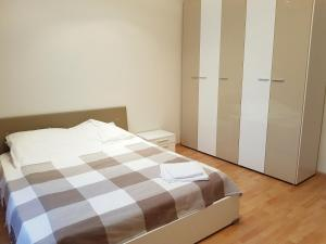 A bed or beds in a room at Apartment on Karmanitskiy