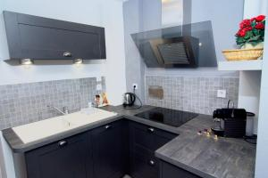 A kitchen or kitchenette at Chic and cozy apartment - center
