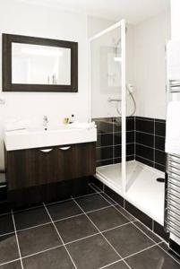 A bathroom at Lagrange Aparthotel Lyon Lumière