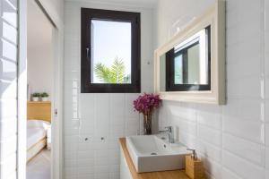 A bathroom at Bright Apartment in Gracia with Terrace