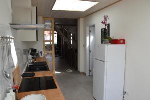 A kitchen or kitchenette at King Arthur Lodge