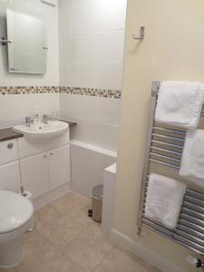 A bathroom at Oxford Apartments 1