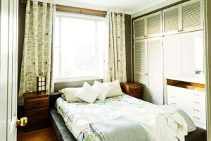 A bed or beds in a room at Coal d' Vine VIEW - Cessnock NSW