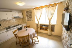 A kitchen or kitchenette at Holiday house Nato