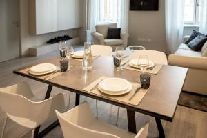 A restaurant or other place to eat at Cinquanta4 Charme Apartment