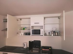 A kitchen or kitchenette at Top Line Apartments