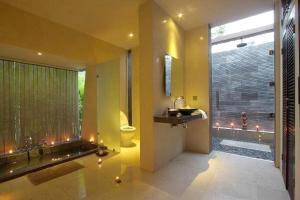A bathroom at Villa Tiara