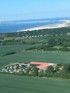 Een luchtfoto van Rustenpolder kamperen en logeren