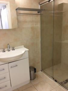 A bathroom at Merrima Court Holidays