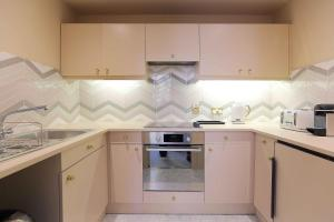 A kitchen or kitchenette at Otto's Suite