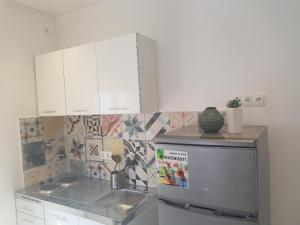 A kitchen or kitchenette at Apartmani Maar