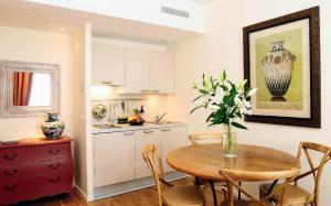 A kitchen or kitchenette at Appartements Caumartin 64
