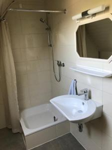 Ein Badezimmer in der Unterkunft Haus Irmgard
