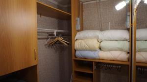Двухъярусная кровать или двухъярусные кровати в номере апартаменты на набережной