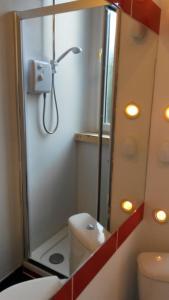 A bathroom at Edinburgh Capital Apartments - 91 Broughton Road
