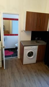 A kitchen or kitchenette at Edinburgh Capital Apartments - 91 Broughton Road