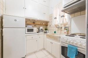 A kitchen or kitchenette at Comfy Home in Vibrant Neighborhood