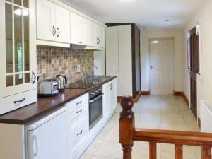 A kitchen or kitchenette at The Annexe Dereen Lodge, Mohill