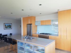 A kitchen or kitchenette at Waimahana Apartment 8