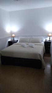 Una cama o camas en una habitación de Departamento Céntrico en San Carlos de Bariloche