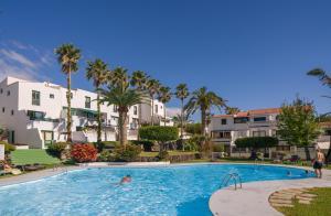 The swimming pool at or near Apartamentos Los Rosales
