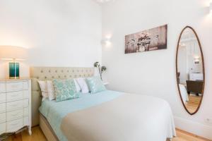 A bed or beds in a room at Casa Largo de Santo Antonio da Sé 8
