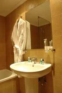 A bathroom at SantonaResidence