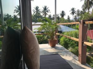 Ein Balkon oder eine Terrasse in der Unterkunft Lighthouse Cottage 1 @ TanjungRhuVillage