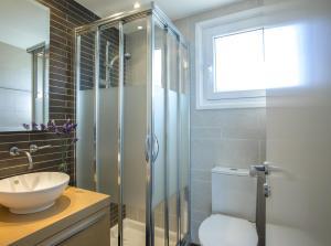 A bathroom at Sirina Bay Villa
