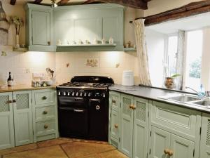 A kitchen or kitchenette at Far View Cottage