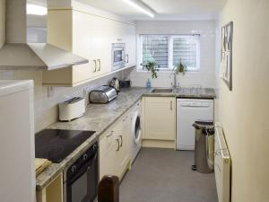 A kitchen or kitchenette at Cor Cottage