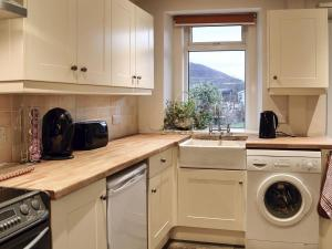 A kitchen or kitchenette at Overbutton Cottage
