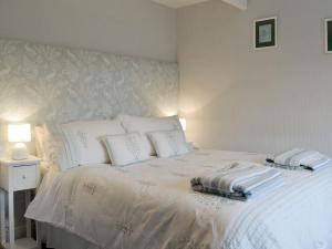 A bed or beds in a room at Lockside Cottage
