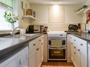 A kitchen or kitchenette at Lockside Cottage