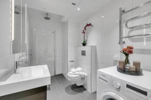 A bathroom at Forenom Serviced Apartments Oslo Opera