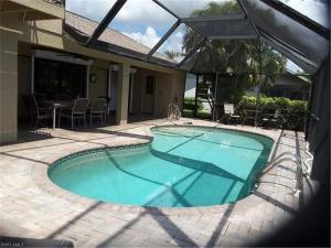 Der Swimmingpool an oder in der Nähe von Waterfront Pool Home