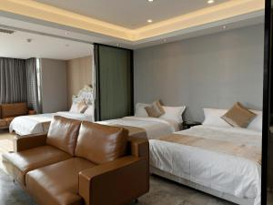 A bed or beds in a room at Pengman Beijing Rd. A-mall Apartment