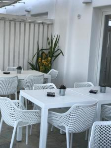 A restaurant or other place to eat at Aerides