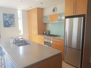 A kitchen or kitchenette at Waimahana Apartment 5