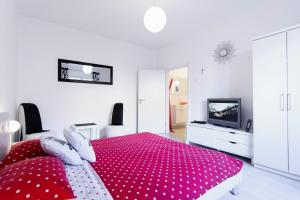 A bed or beds in a room at Fifi apartment w. parking in old town